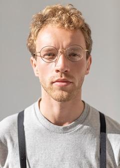 Porträt des männlichen modells, das lesebrille trägt