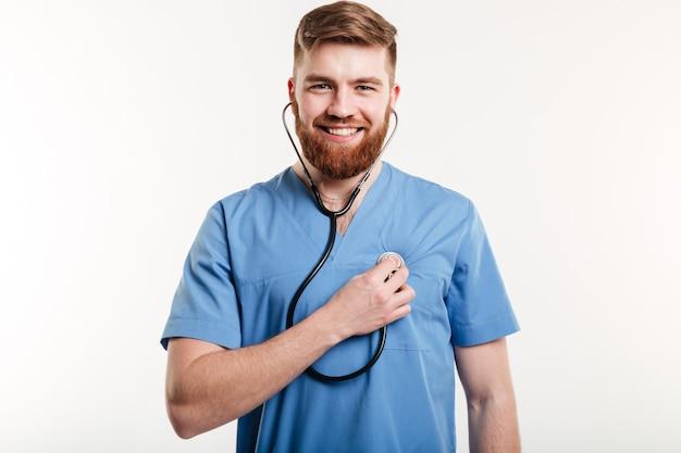 Porträt des mannarztes mit stethoskop