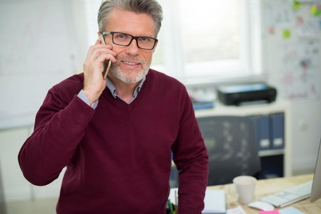 Porträt des mannes, der am telefon spricht