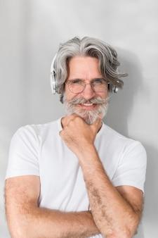 Porträt des mannes, der aufwirft und lächelt