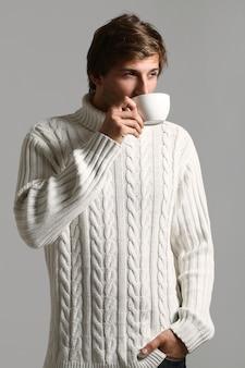 Porträt des mannes, der eine tasse kaffee hält