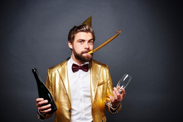 Porträt des mannes, der flasche champagner und champagnerglas hält