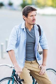 Porträt des mannes, der mit seinem fahrrad aufwirft