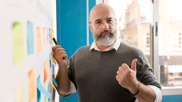 Porträt des mannes, der projekt präsentiert