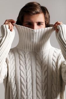 Porträt des mannes, der winterkleidung trägt