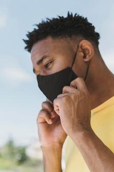 Porträt des mannes draußen mit gesichtsmaske