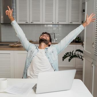 Porträt des mannes glücklich für die beendigung der arbeitsaufgabe
