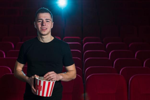 Porträt des mannes im kino
