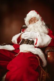 Porträt des mannes im weihnachtsmann-kostüm
