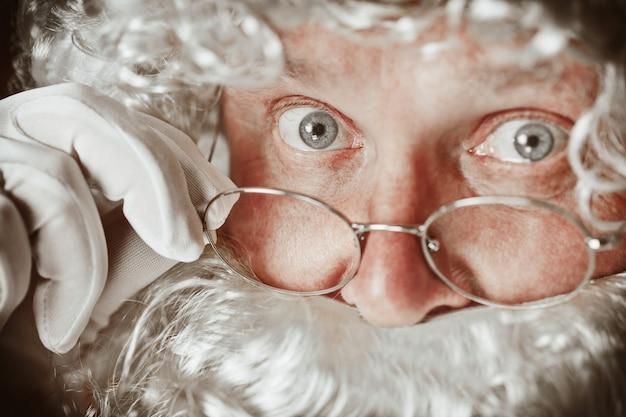 Porträt des mannes in santa claus costume
