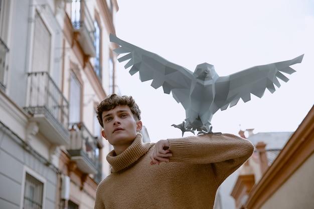Porträt des mannes mit 3d vogel dargestellt