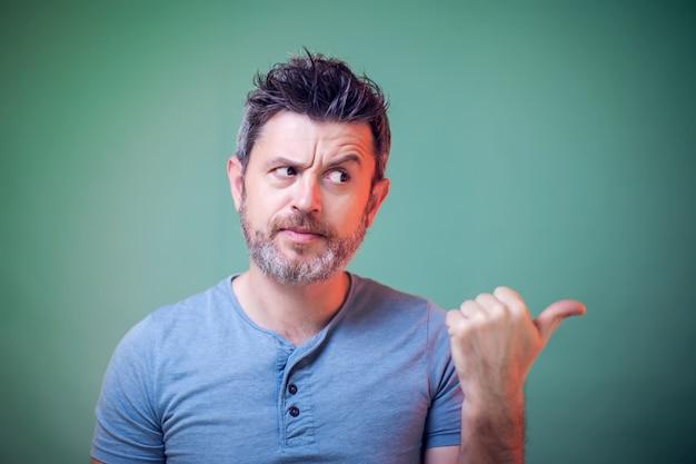Porträt des mannes mit bart, der mit einem finger zeigt