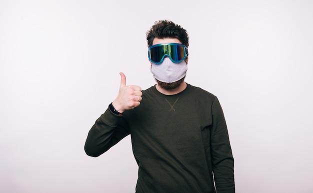 Porträt des mannes mit gesichtsmaske, die daumen oben zeigt