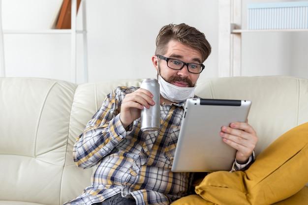 Porträt des mannes mit gesichtsmaske, die tablette hält