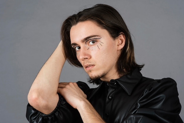 Porträt des mannes mit make-up und lederjacke
