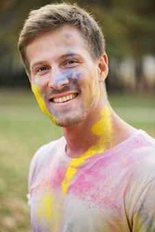 Porträt des mannes mit mehrfarbigem gesicht