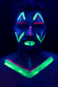 Porträt des mannes mit uvfarbe