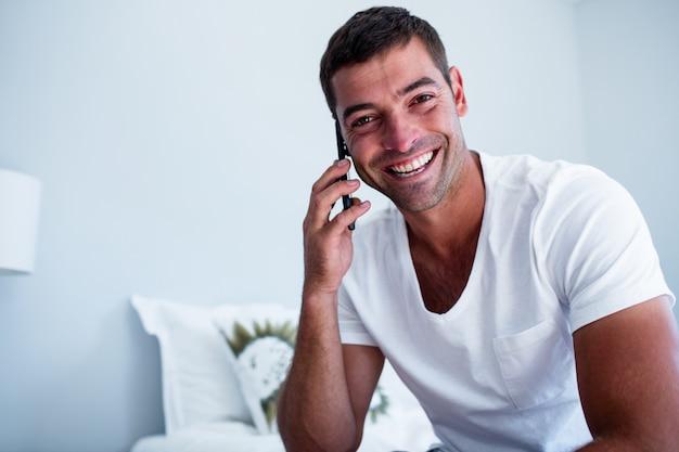 Porträt des mannes sprechend am telefon
