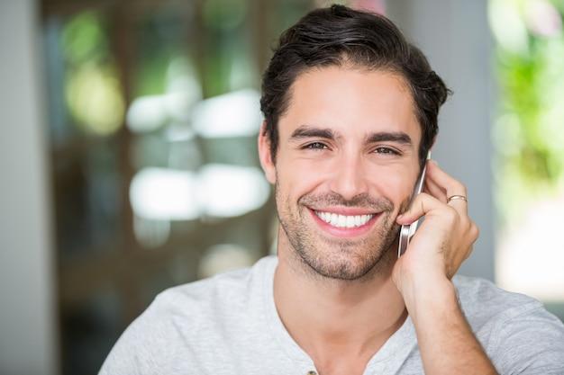 Porträt des mannes sprechend auf smartphone