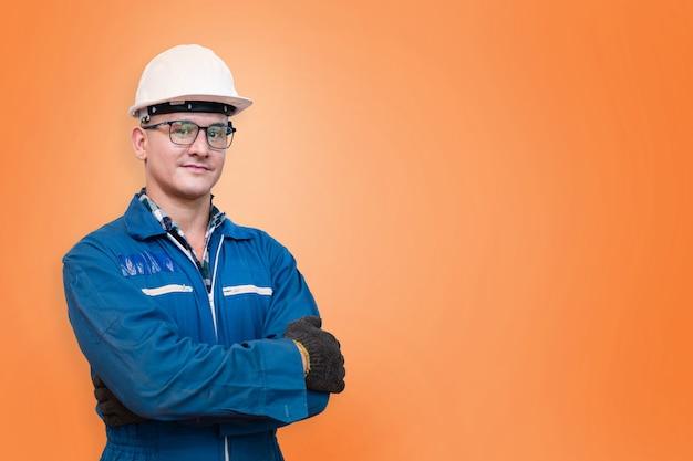 Porträt des manuellen arbeiters steht mit selbstbewusstsein vor orangefarbenem hintergrund
