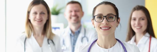 Porträt des medizinischen teams, das mit zwischenablage im krankenhaus steht