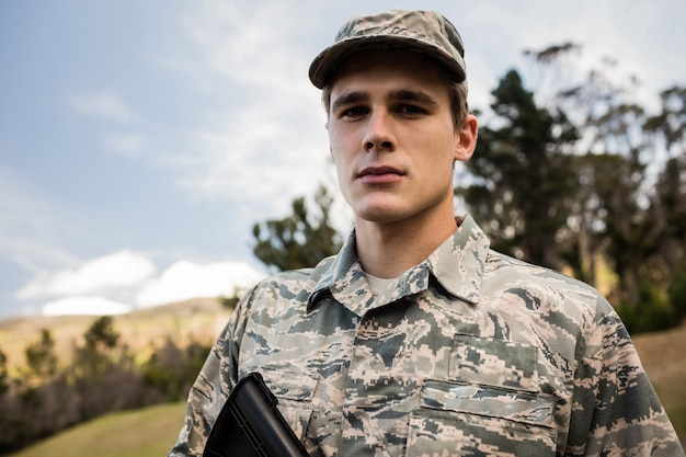 Porträt des militärsoldaten, der mit einem gewehr bewacht