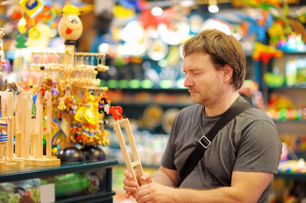 Porträt des mittelaltermannes am shop von hölzernen spielwaren