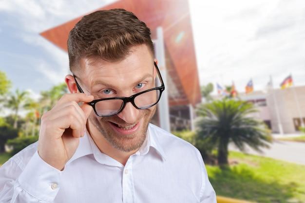 Porträt des mittleren erwachsenen mannes in den gläsern