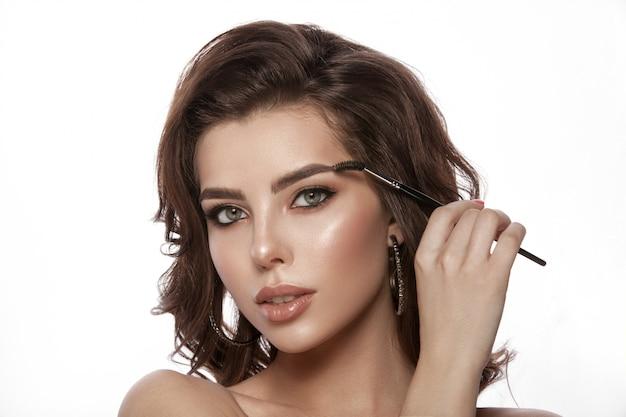 Porträt des modells mit natürlichem make-up
