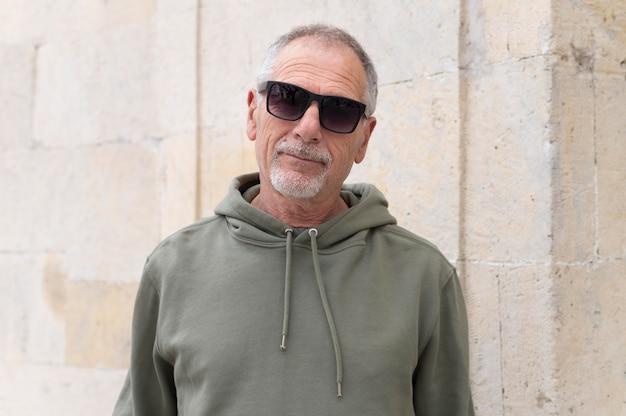 Porträt des modernen älteren mannes
