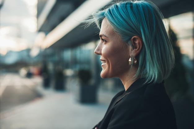 Porträt des modernen frauenlebensstils der blauen behaarten frau hübsches junges frauengeschäftsabkommen