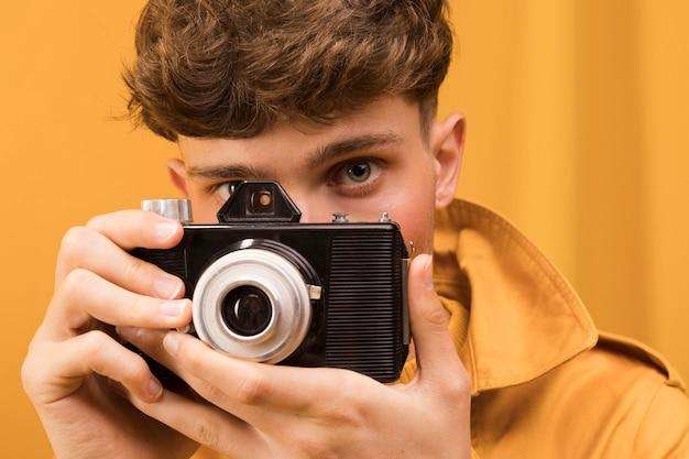 Porträt des modernen jungen ein foto machend