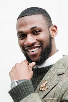 Porträt des modischen mannes lächelnd