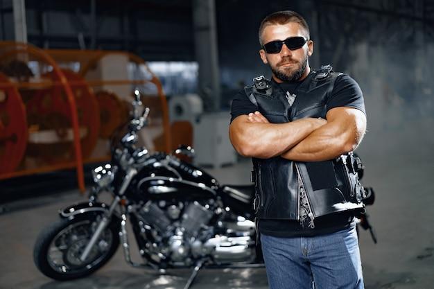 Porträt des motorradfahrers im schwarzen lederoutfit. biker-subkultur