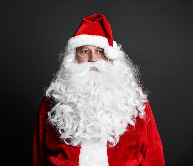 Porträt des müden weihnachtsmanns bei studioaufnahme