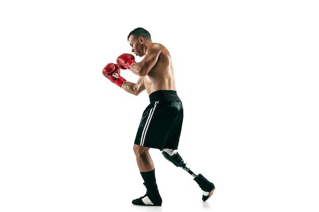 Porträt des muskelsportlers in voller länge mit beinprothese