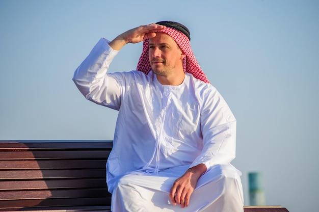 Porträt des nahöstlichen arabischen mannes im freien.