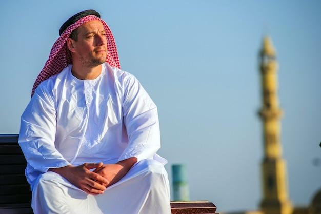 Porträt des nahöstlichen arabischen mannes im freien
