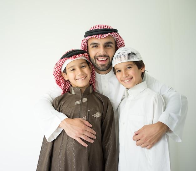 Porträt des nahöstlichen mannes mit kindern