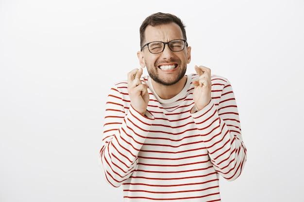 Porträt des nervösen intensiven europäischen mannes in der schwarzen brille