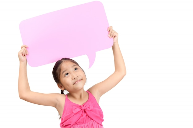 Porträt des netten asiatischen mädchens, das leere rosa spracheblase hält.