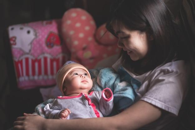 Porträt des netten babys mit mutter