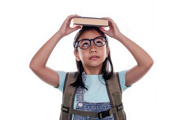 Porträt des netten intelligenten asiatischen schulmädchens oder des kindes mit den augengläsern lokalisiert