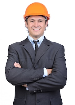 Porträt des netten jungen ingenieurs im sturzhelm.
