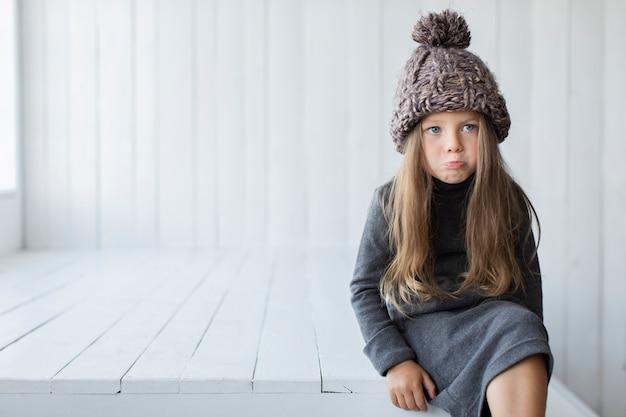 Porträt des netten kleinen mädchens mit kopienraum