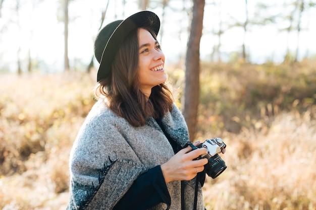 Porträt des netten mädchens ihre kamera halten