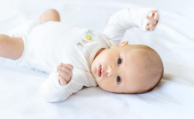 Porträt des neugeborenen schönen babys