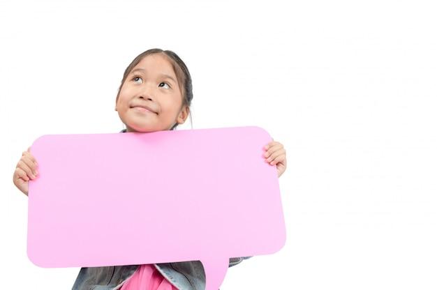 Porträt des niedlichen asiatischen mädchens, das leere rosa sprachblase lokalisiert hält