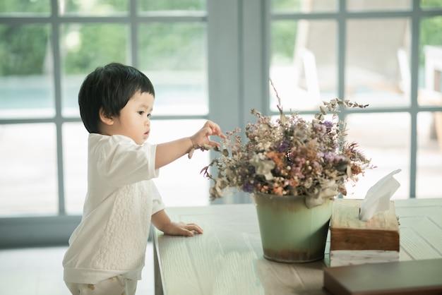 Porträt des niedlichen babys im wohnzimmer