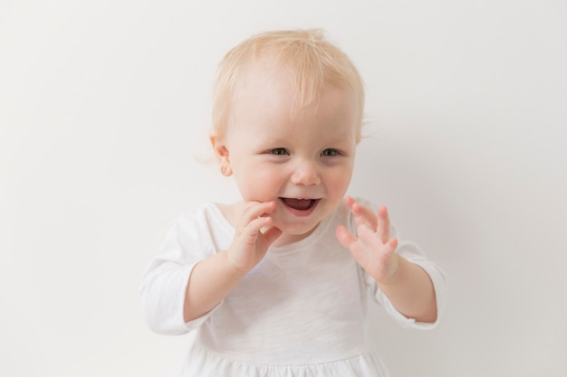 Porträt des niedlichen babys lachend